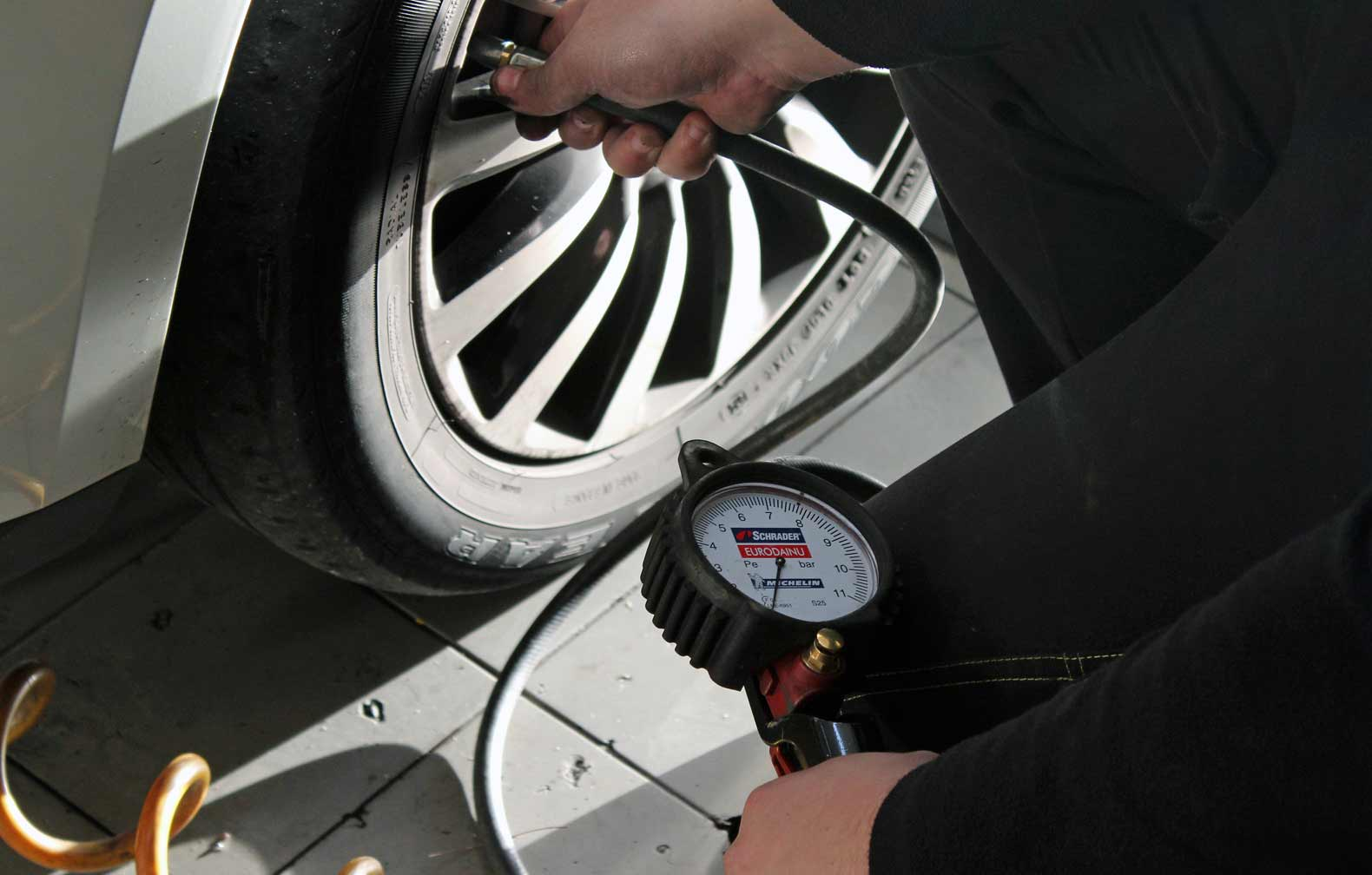 verificar pressão dos pneus